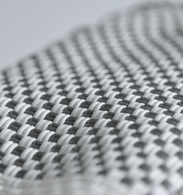 プラスチックコードでしっかりと編み上げられた丈夫な作り。水・汚れに強く、雨などで汚れてもサッと拭くだけの簡単お手入れが嬉しいですね。
