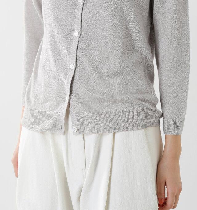 袖口や裾はリブ編みになりメリハリあるシルエット。