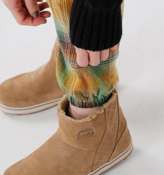 すっきりと見せてくれるもう一つの秘密は、裾に入れられた平ゴム。 ゆったりしたパンツをきゅと自然にまとめてくれるから定番のブーツインももたつかずにキレイにきまります。