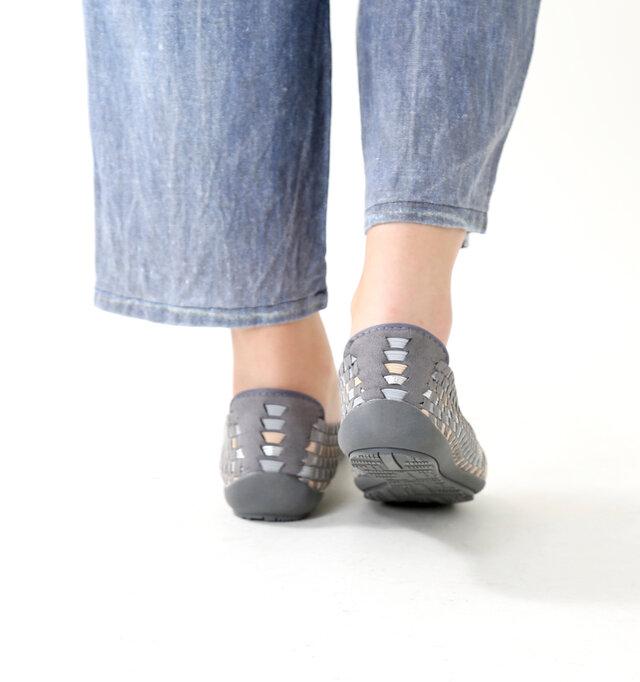 踵部分は柔らかく滑らかなスウェード調の素材。踵を踏んでも履ける2way仕様です。