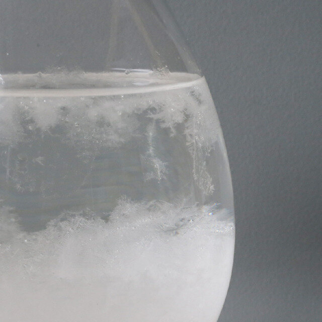 樟脳(クスノキのエキス)を溶かしたエタノールがガラスに密封されています。当時、液体の結晶化により天候を予知する、また現象の変化によって雷雨がやってくる方向が読み取れると考えられていました。