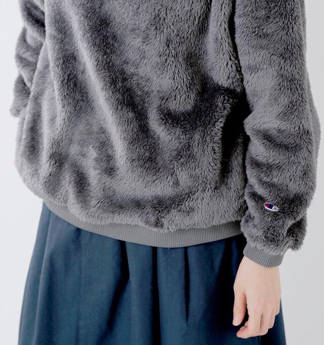 裾はリブになっており、少したわませることでこなれた着こなしに。サイドにはスラッシュポケット付きで、ハンドウォーマーとしても役立ちます。袖にはお馴染みのロゴマークがあしらわれています。