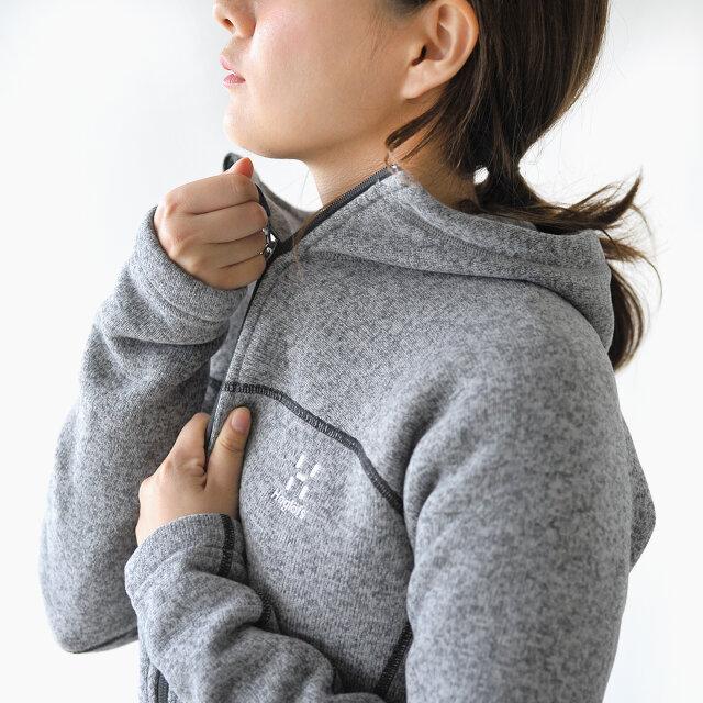 アウターとしても、インナーとしてもすっきりと着こなせるコンパクトなシルエット。 高めの襟が口元までを覆い、冷たい風を防いで保温性をアップしてくれます。