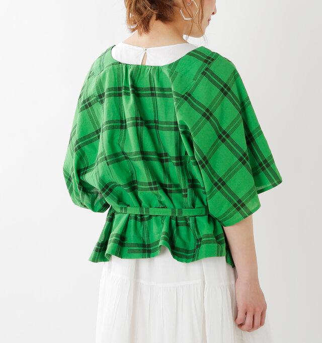 裾はフリルのようになり、フェミニンな印象に仕上がります。