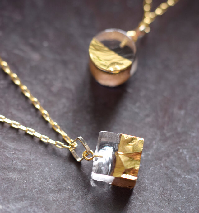 sorte(ソルテ) より、ガラス×ゴールドネックレスのご紹介です。 ガラスに金彩を施した、透明感と輝きが美しいネックレス。兵庫県篠山市福住にある吹きガラス工房で、一点一点丁寧に手作業で制作されています。