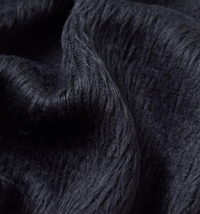 滑らかな質感で、毛足の長く柔らかいシャギー素材を使用。秋冬らしいふんわりとボリュームのある生地です。