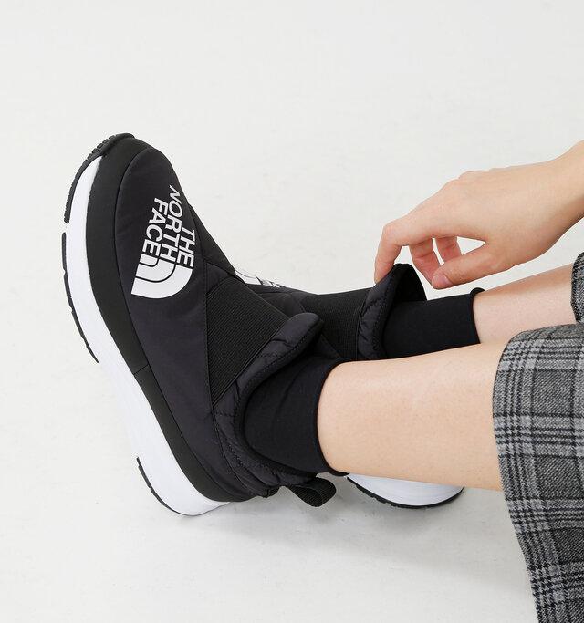 中綿を入れたふかふかのアッパーが足を優しく包み込むスリッポンシューズ。 パッド入りのタン、履き口にあしらわれた太いエラスティックバンドと相まって、抜群のフィット感を実現。