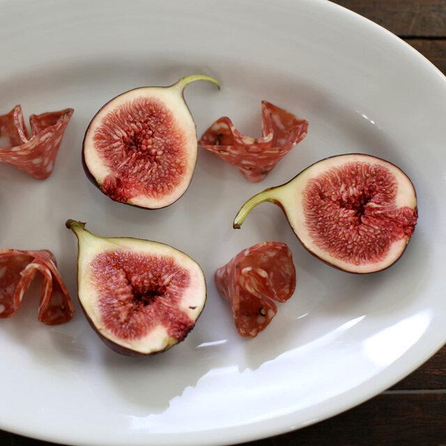 シンプルで丈夫なサタルニアのプレート。用途に合わせてサイズを選べるのがうれしいですね。 たくさん集めて、トラットリア気分で食事を楽しんでみませんか。