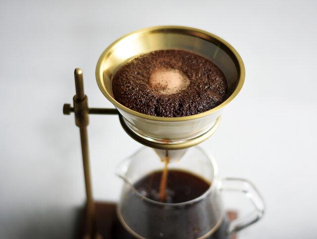 匂い移りの少ないチタンコーディングのステンレス素材のフィルターには、コーヒーの粉(中挽き)を直接入れてドリップします。耐久性があるので繰り返し使えます。ステンレスフィルターで淹れると、旨み成分であるコーヒーオイルが多く抽出されるので、コーヒー本来のアロマをダイレクトに満喫できます。