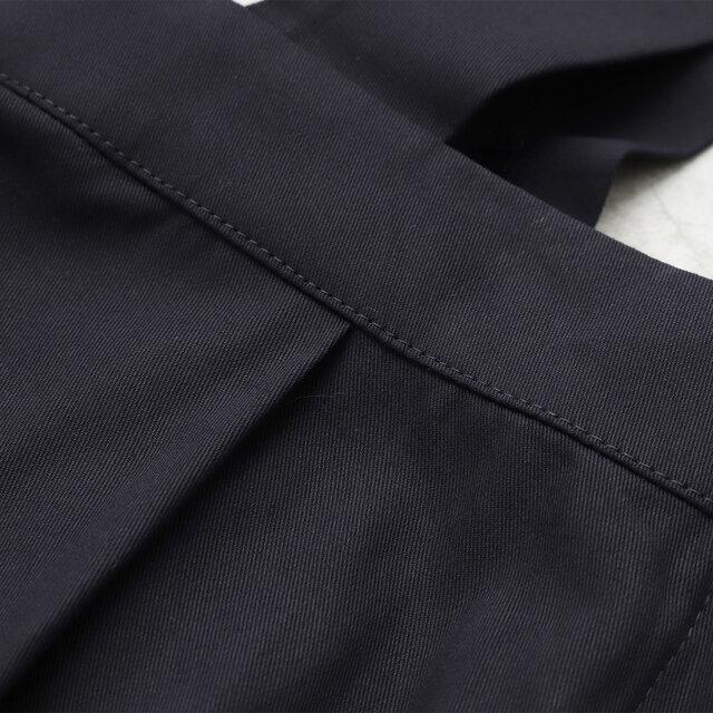 通年着られる定番の素材・コットン強撚生地を使用。丈夫でほどよい厚みがあり、季節を問わず活躍する一着です。