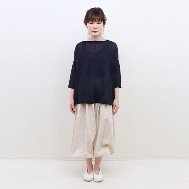 身にまとうと所作までが美しく見えると評判のヂェン先生の日常着。ヂェン先生は役者や茶人・文化人に会い試着してもらいながら、長年に渡って服の動きを検証してこられたそう。一挙一動、美しく。そんな着る人の所作や心構えまで高めてくれる日常に寄り添う服なんです。  アイボリー / モデル身長:158cm