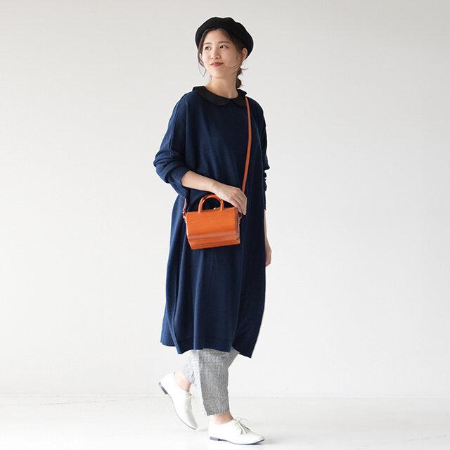 前後にデザインされたキュートな襟元と、ウール混の上品な生地感が魅力的なワンピース。バックシルエットも抜かりなく可愛いのが嬉しいポイントです♪