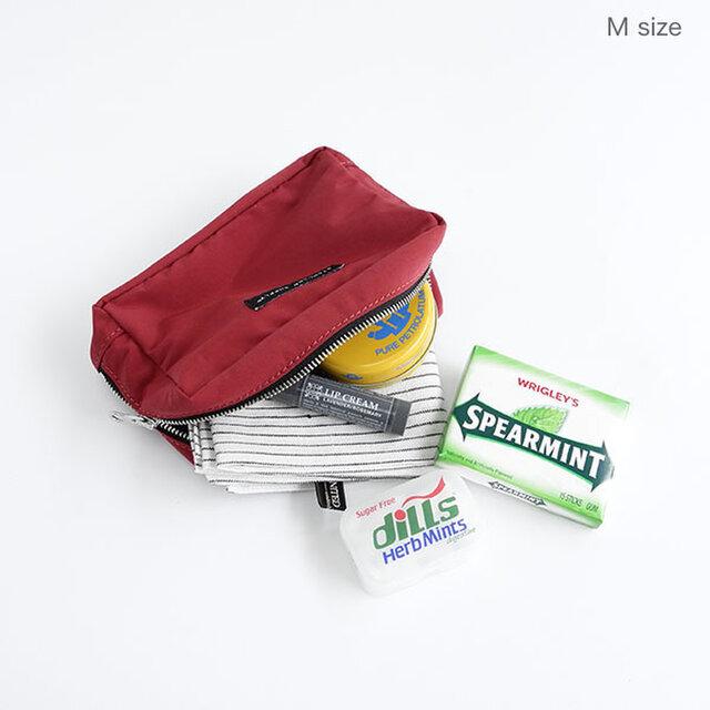 Mサイズは、日常的なコスメポーチや、充電器などの小物入れとしてお使い頂ける、バッグの中で邪魔にならないサイズ感。内側2カ所にしきりポケット付き。