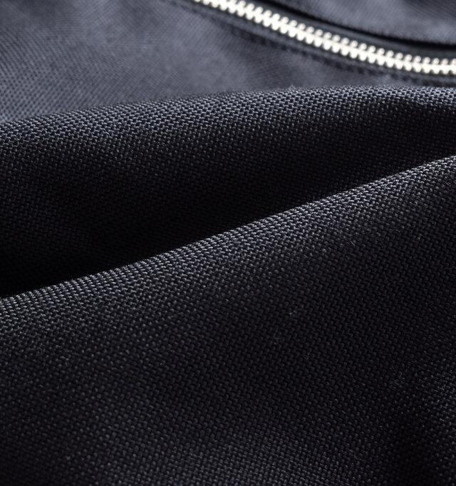 コーデュラ® とは、ナイロンの約7倍もの強度を誇る耐久性に優れた繊維で、インビスタの登録商標。 ミリタリーやアウトドアといった過酷なシーンで採用されるほどの丈夫な素材で、日常生活でもバッグ類、シューズ、衣類など、様々な製品に採用されています。