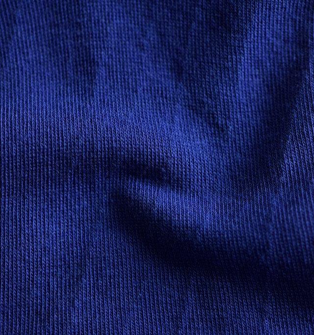 コットンとポリエステルの混紡生地を使用。程よく厚みがあり、通気性が良く快適に履いていただけます。