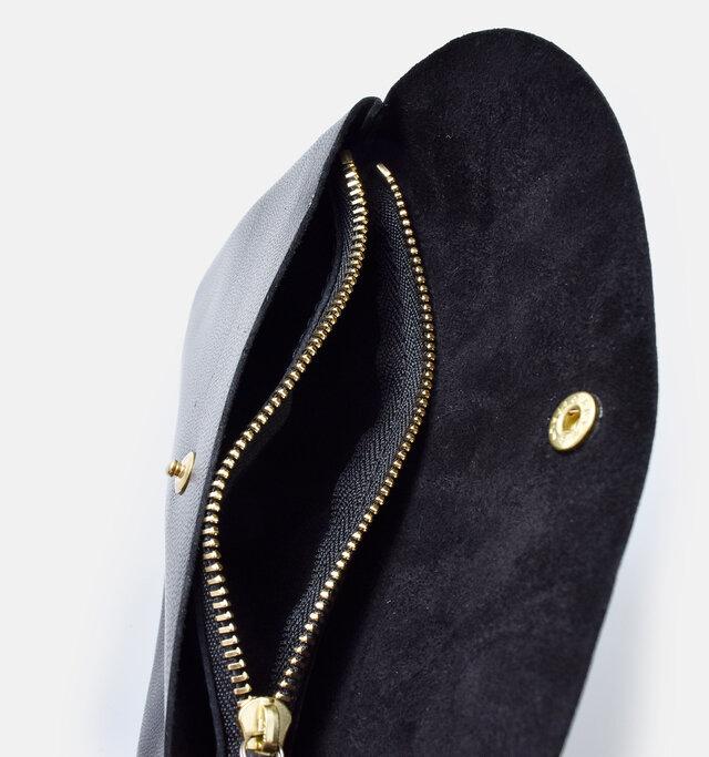 ポケットはジップタイプのコインポケットを挟んで2つ付いています。お札は折って収納できます。