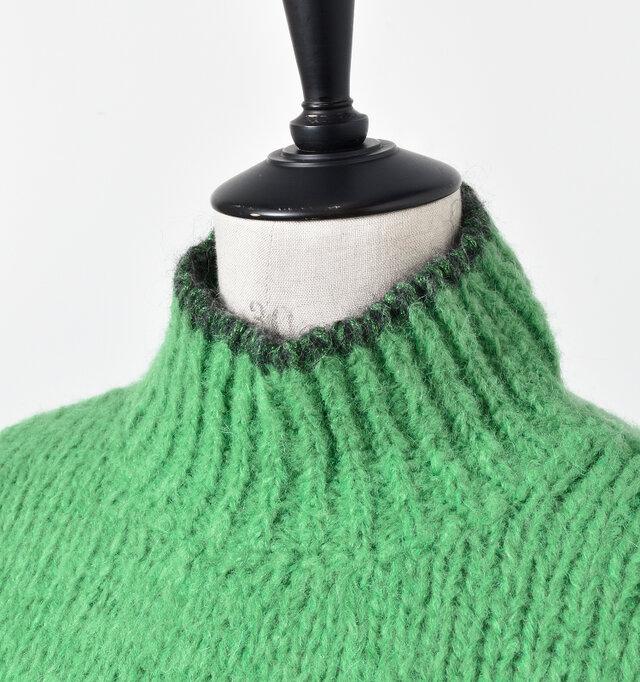 柔らかなリブに切り替えたハイネックは縁にラメ糸をあしらい、モダンな配色ときらめきがアクセントに。ほわほわの毛糸がチクチク感を軽減し、ハードなテクスチャーも肌触りがよく、マフラーいらずの温かさ。シンプルなスタイリングにも今っぽさをプラスします。
