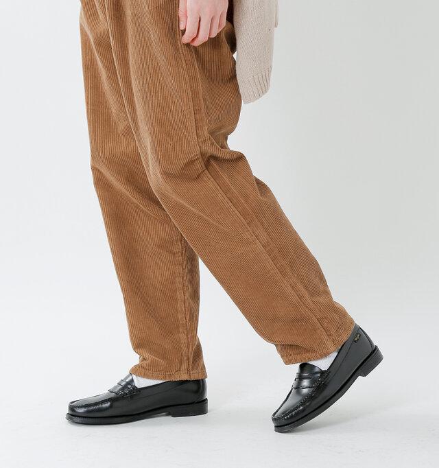 程良くゆとりのあるシルエットですが裾まわりのバランスが良く、もたつきがありません。ジャストサイズはもちろん、少し丈を短くカットしたり、ロールアップしてよりカジュアルに穿いて頂くのもおすすめです。ヴィヴィッドなソックスをちらりと見せて秋冬の差し色コーデを楽しむのも◎。