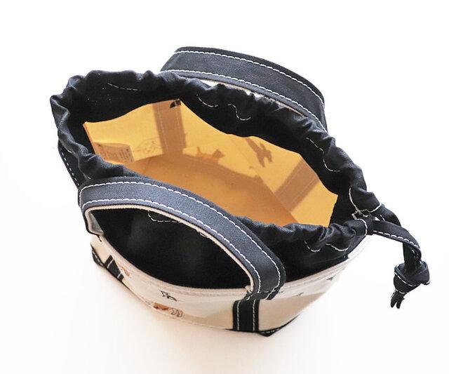 袋口に巾着がついていて、バッグの中身を目隠しできるので安心。