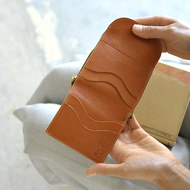 コンパクトなデザインながらもお札入れとカードホルダー、そしてジップ仕様のコインケースは単独で使えるなど、機能面も充実。ポケットに入れたり、ハンドバッグなどの小さなバッグでも嵩張らず、すっきりと持ち歩けます。