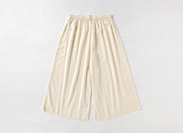 パンツは、ワイドシルエットでゆったりリラクシンな着心地です。
