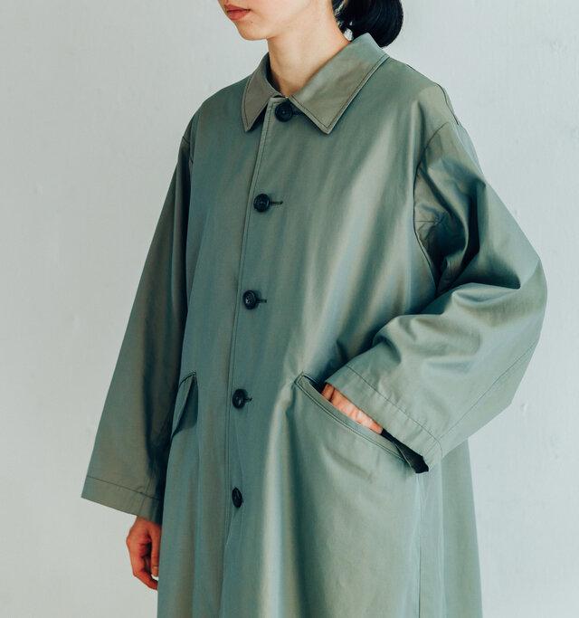 ボタンを締めると、上品で女性らしい印象に。袖はゆったりと余裕があるので、ニットやインナージャケットを中に着ても野暮ったくなりません。