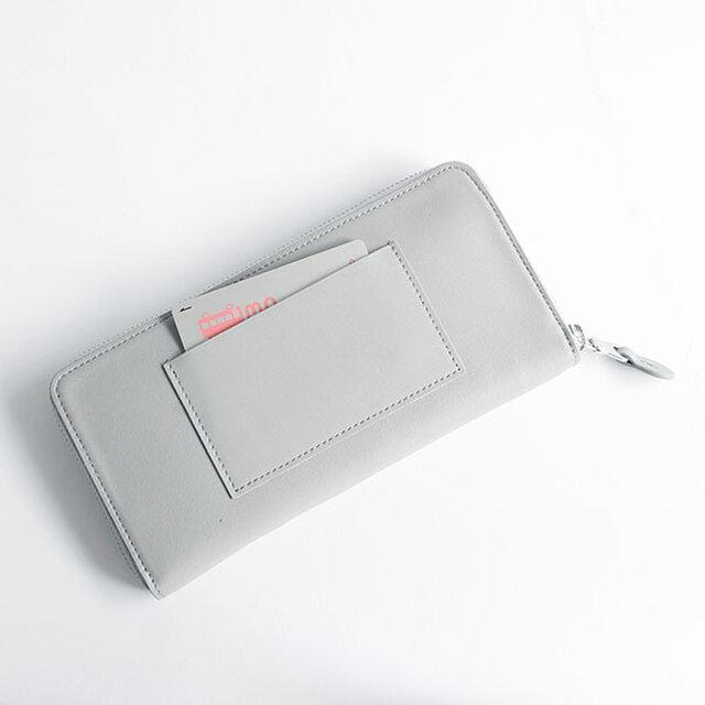 背面にもカード入れが1ヶ所、ICカードなどよく使うカードや駐車券などを入れるのに便利です。