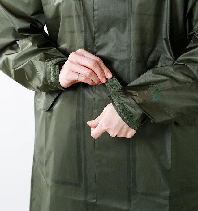ボタンはすべて着脱しやすいスナップボタン。表には見えないようデザインされているので、スッキリとした印象を与えます。袖口はベルクロ仕様でフィット感を高め、風雨をシャットアトします。