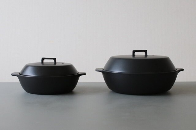 どんな食事シーンにも馴染んでくれそうなシンプルデザインのKakomiは2カラー2サイズの展開。 カラーはシンプルで佇まいが可愛いホワイトと食材の色が映えるブラック。 サイズはそれぞれ1.2Lと2.5L。 2人までなら小さめの1.2L。それ以上(3~4人)なら2.5L。 ただ、鍋料理の場合は1.2Lだと2人でも少し小さい感覚です。 だけど、その他の料理の場合を考えると2人なら1.2Lで良い様な…と、正直どちらのサイズにしようか迷いますが、 KOZではみんな大は小を兼ねるで2.5L派です。笑