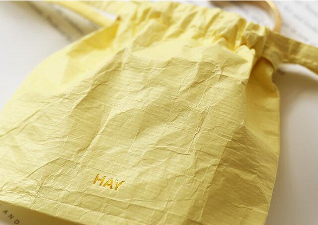 Packing Essentialsは、もちろん使い捨てではありません。 何度も何度も、旅にはいつでもご使用いただけます。 気になる素材はアメリカのデュポン社が開発した「タイベック®」。 このタイベック®、とっても丈夫なんです。 優れた透湿性・防水性・強度を兼ね備え、建築資材としても使われている、信頼できる素材。 だからなかなか破けにくいし、劣化もしにくい。濡れてしまった靴を入れても安心です。 心強いだけじゃなく、いつも同じ袋を使えるってエコだとも思うんです。