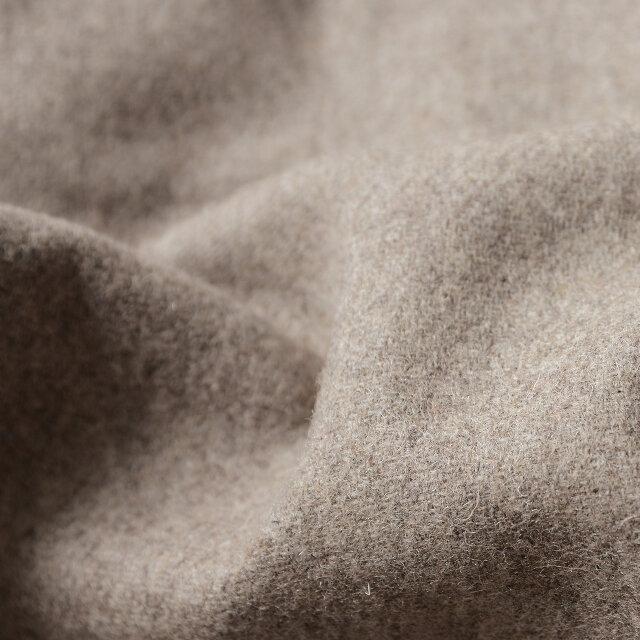 ウールにポリエステルを混紡した生地はカジュアルながらも品の良さを感じさせ、全体を女性らしさときちんと感のある着こなしへまとめてくれます。程よく厚みのあるので真冬でも暖かく包み込んでくれます。