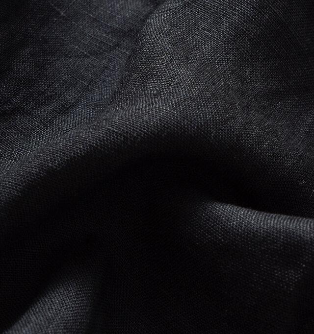 バックはリネン特有のネップや節がみられ、ナチュラルでとても涼しげ。 しなやかなのでチクチク感もありません。
