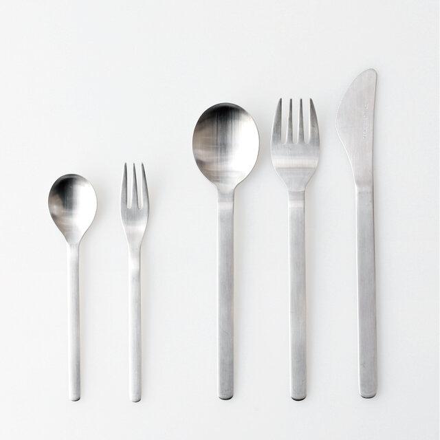 左より、スプーン/スモールフォーク、スプーン/フォーク、ナイフ