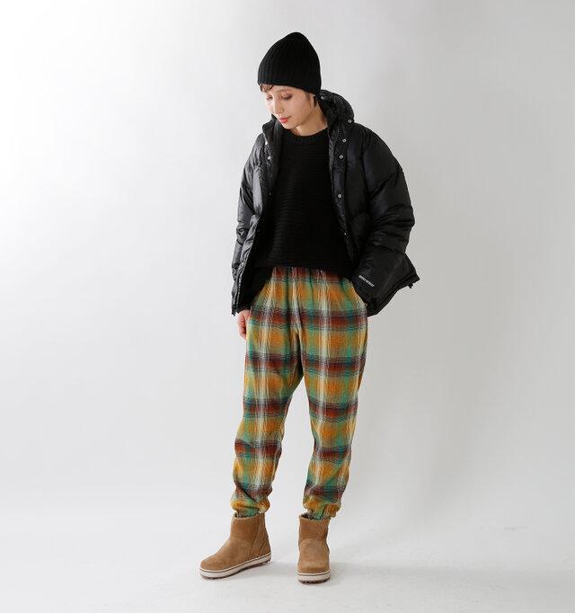 model yama:167cm / 49kg color : olive / size : XS  ゆるっとしたラインがこなれ感ある大人の着こなしを楽しめるパンツ。 カラーは「brown」「olive」「red」「black」の4色から。