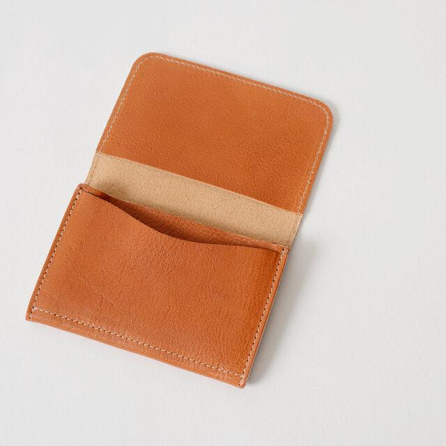 フラップの裏側にカードポケット付き。バランスよく配置されたカードホルダーは、出し入れもスムーズに出来ます。