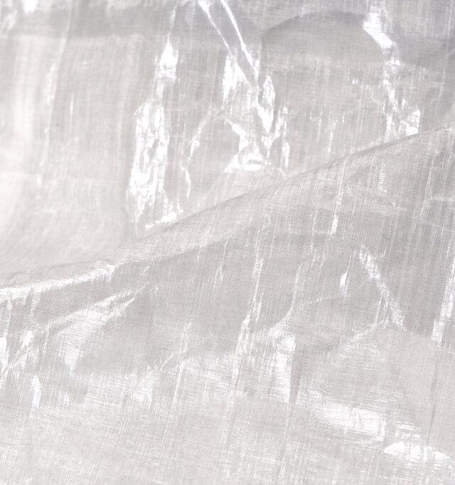 素材にはダイニーマ繊維をUV樹脂でラミネートした極薄フィルム状の、ヨットのセールなどに使われる「キューベン・ファイバー」を使用。強靭で調軽量の生地は、高い防水性も兼ね備えています。