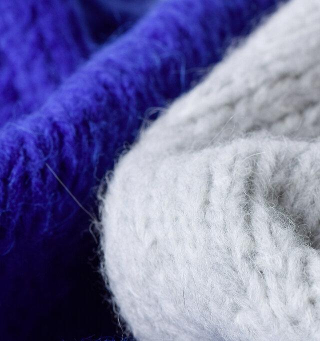 使用したのは高級なイタリアンヤーンだけ。上質なアルパカとメリノウールを混紡した毛糸を甘めのローゲージに編み上げ、編み目から光が透ける中厚手ながら、このふっくら感を実現しています。空気をたくさん含んだニットは保温性も抜群!ほわりと柔らかく、滑らかな肌触り身体をリラックスさせてくれる、そんな気持ちの良い素材です。天然ウールならではの美しい光沢感と糸のムラ感が、奥行きのある風合いを醸し出します。