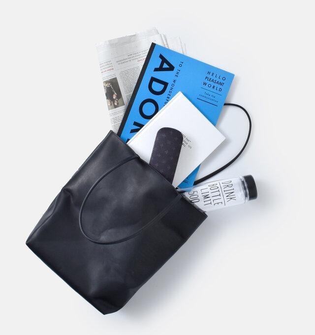 必要携行品はもちろん、水筒やA4サイズのファイルやノートがしっかりと納まります。十分な収納量がありながら、見た目はすっきりスマート。デイリー使いに重宝するアイテムです。