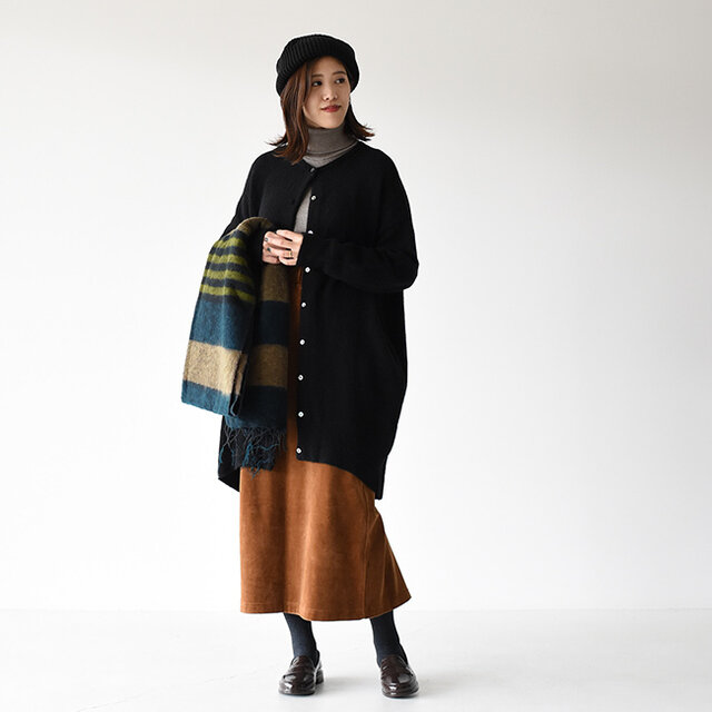 丸みのあるコクーンシルエットのような、裾にかけてすぼんだデザインのカーディガンが主役のスタイリング。 コンパクトなクルーネックにはタートルネックが相性抜群です♪ 華奢な印象を与えるのロング丈のカーディガンはスカートと合わせることで、よりレディライクな雰囲気に仕上がります。