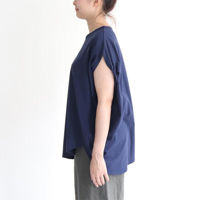 程よく二の腕のラインを隠し、一枚で着やすいデザインです。