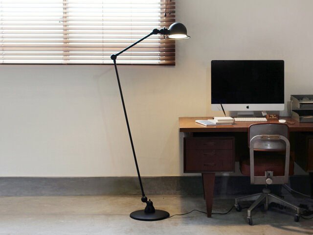 デスク横やローテーブルなど、ワークスペースのそばに置いてデスクランプ代わりに使ってもいいですね。