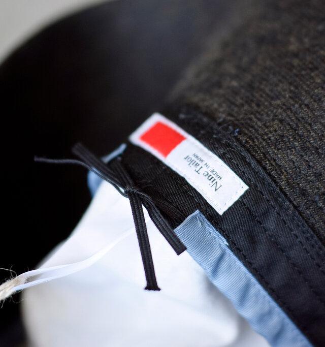 サイズ感を調節できる紐が通っているので、お好みのサイズ感で着用可能。