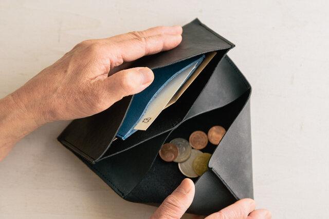 カードケース単体でもいいですが、財布にセットするとエリアを区切って使うことができるようになり、お札とレシートを分けたり、お好みの使い方にカスタムすることができます。お好きな色の組み合わせでどうぞ!