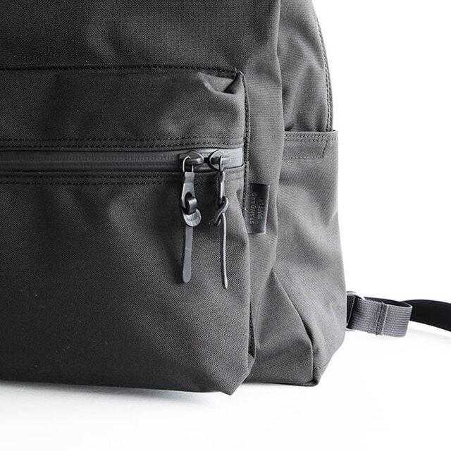 前ポケットは左右どちらからでも開けやすい様に、ダブルスライダー仕様に。中には鍵などが付けられるフックと、仕切りポケットが付いています。