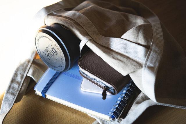 手帳や財布、タンブラー、お弁当箱など、一通りのものは収納できるサイズ感です。