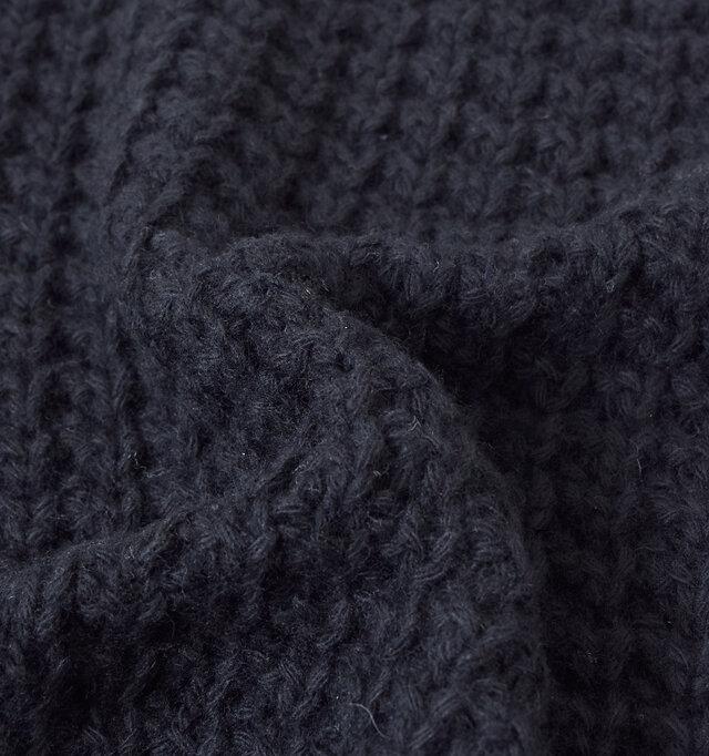 ナチュラルな風合いが魅力のワッフル編み。ふんわりとした表面感で軽やかな着心地です。