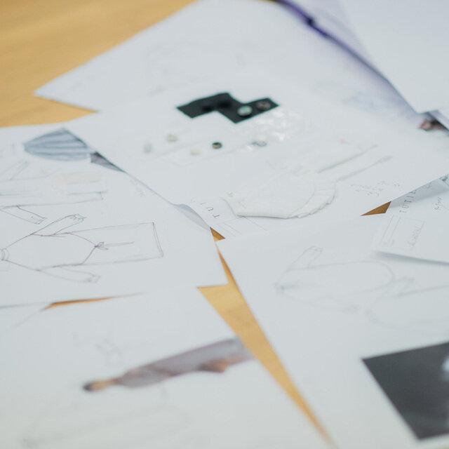 デザインイメージを3人がイラストにしてTUTIE.デザイナーと実際の洋服に落とし込んでいきます。
