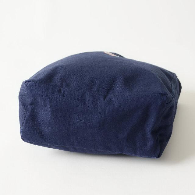 マチもたっぷりと10.5cmを確保! 長方形の底マチで綺麗に荷物が入れることができ、荷物の形を選ばずに気軽に使えるところがいいですね。