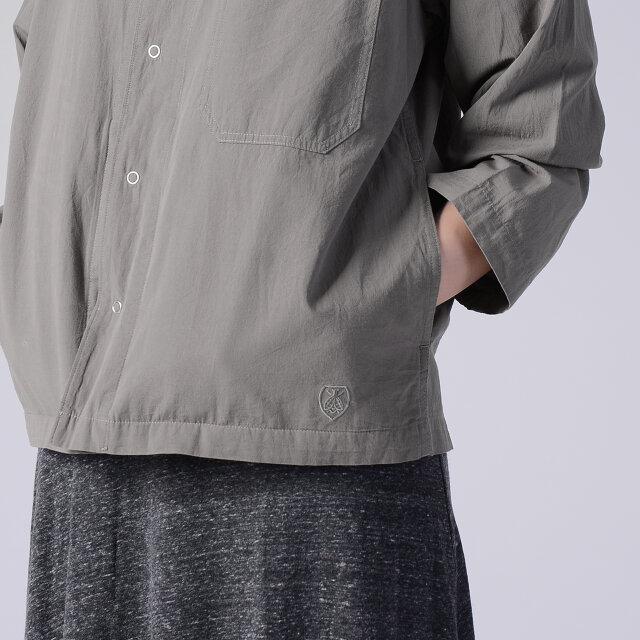 お馴染みのビーエンブレムは、同色のステッチであしらうことでさりげなく主張。 サイドにはデザインの邪魔にならないスリットポケットが施されています。