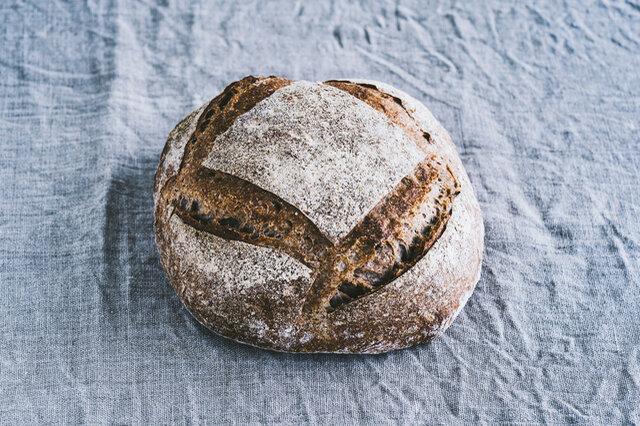 古代小麦の黒小麦は、すっきりとした独特な旨みと香りが特徴。 サワー種の酸味が加わり、トマトやオリーヴオイルがよく合います。ブルーベリーのジャムにも。  原材料 / 黒小麦全粒粉(信州上田産なつみ農園)、小麦粉(信州産、北海道産)、自家製サワー種、自然塩